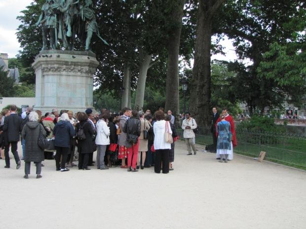 Photo prise à la sauvette devant Notre-Dame de Paris