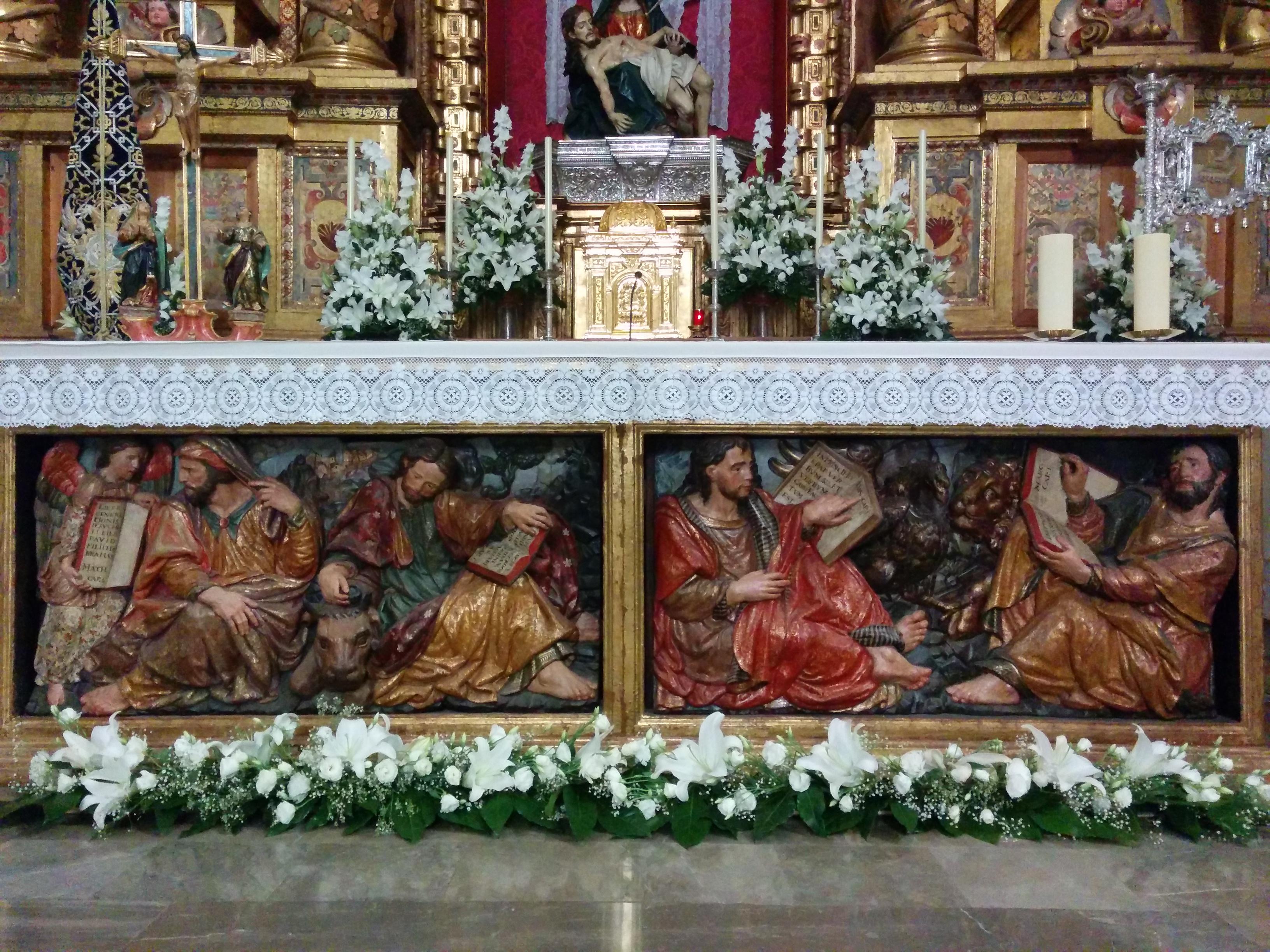 Sur le socle de l'autel de l'église Santa Maria de la Alhambra à Grenade, on voit une image sculptée et peinte. On y voit de gauche à droite: un ange qui présente à l'évangéliste Matthieu le début de son évangile; Marc qui caresse la tête du lion qui est son symbole et qui tient en main une Bible ouverte au début de son évangile; Luc qui tient en main une Bible ouverte au début de son évangile; et Jeran qui qui tient en main une Bible ouverte au début de son évangile.