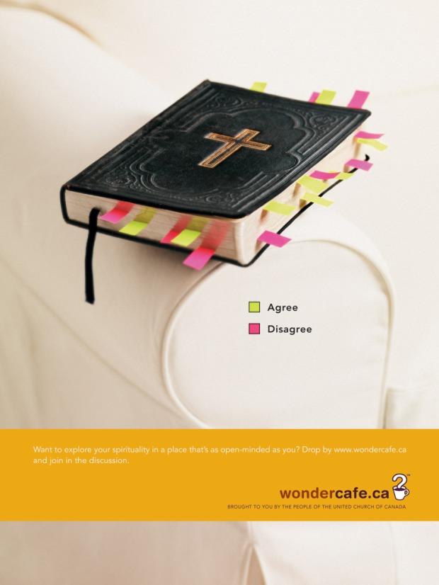 """Une publicité de l'Église Unie du Canada. Une Bible avec des signets verts et roses. Signerts verts: """"Agree"""". Signets roses: """"Disagree""""."""