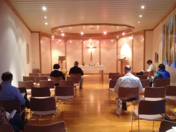 Chapelle œcuménique des Hôpitaux Universitaires de Genève- À gauche, un tabernacle. À droite, une Bible dans une vitrine en verre.