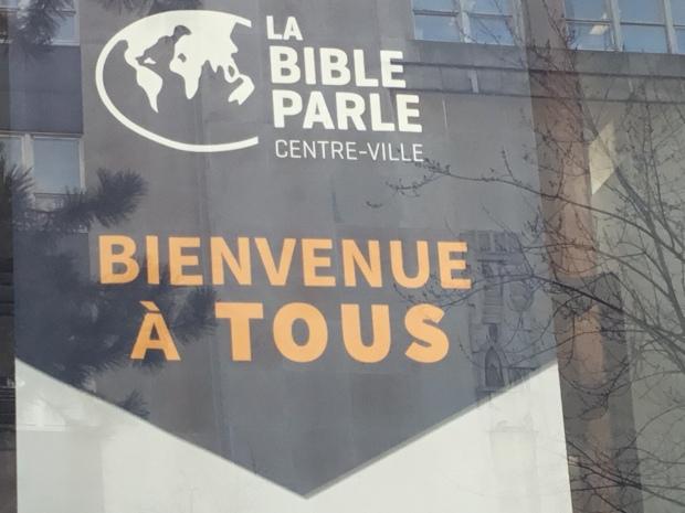 """Publicité d'une Église à Montréal: """"La Bible parle. Centre-Ville. Bienvenue à tous"""""""