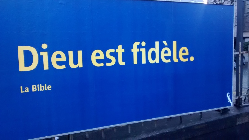 Affiche avec le slogan «Dieu est fidèle» et la source: «La Bible»